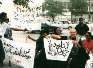 Agosto 1992, Mosca: Jean Thiriart manifesta davanti la sede del Parlamento russo insieme ad alcuni studenti arabi ed africani.
